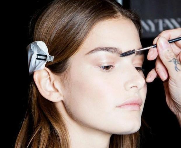 Langkah mudah membuat feathery brows