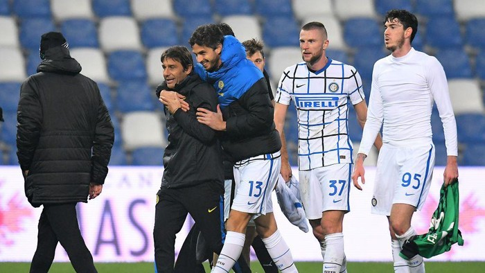 REGGIO NELLEMILIA, ITALY - NOVEMBER 28: Antonio Conte head coach of FC Internazio celbrates the victory with his team during the Serie A match between US Sassuolo and FC Internazionale at Mapei Stadium - Città del Tricolore on November 28, 2020 in Reggio nellEmilia, Italy. (Photo by Alessandro Sabattini/Getty Images)