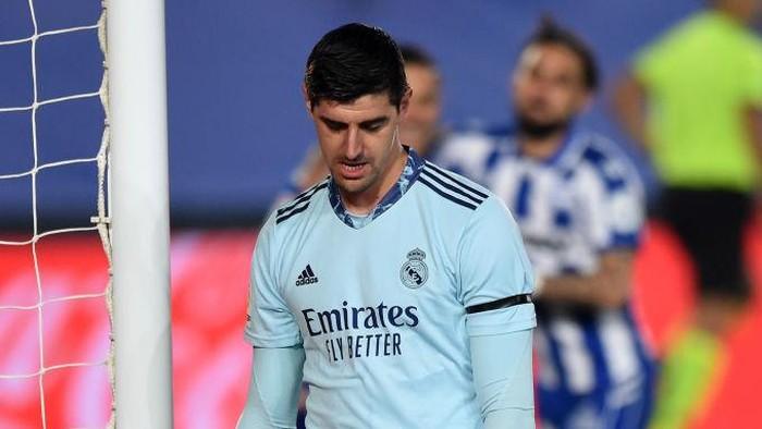 MADRID, SPAIN - NOVEMBER 28: Thibaut Courtois of Real Madrid looks dejected after conceding a penalty during the La Liga Santander match between Real Madrid and Deportivo Alaves at Estadio Santiago Bernabeu on November 28, 2020 in Madrid, Spain. Football Stadiums around Europe remain empty due to the Coronavirus Pandemic as Government social distancing laws prohibit fans inside venues resulting in fixtures being played behind closed doors. (Photo by Denis Doyle/Getty Images)