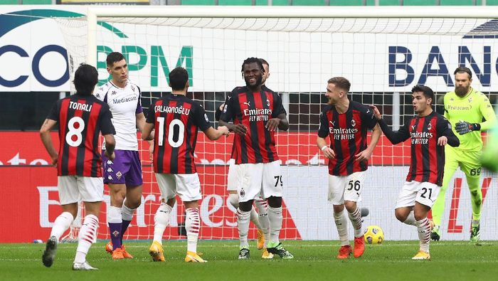 MILAN, ITALY - NOVEMBER 29: Franck Kessie of AC Milan celebrates with team mates after scoring their sides second goal from the penalty spot during the Serie A match between AC Milan and ACF Fiorentina at Stadio Giuseppe Meazza on November 29, 2020 in Milan, Italy. Sporting stadiums around Italy remain under strict restrictions due to the Coronavirus Pandemic as Government social distancing laws prohibit fans inside venues resulting in games being played behind closed doors. (Photo by Marco Luzzani/Getty Images)