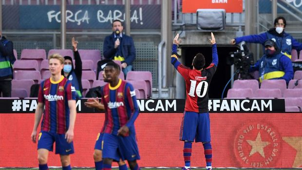 BARCELONA, SPAIN - NOVEMBER 29: Lionel Messi of Barcelona celebrates after scoring their sides fourth goal while wearing a Newell's Old Boys shirt with the number 10 on the back in memory of former footballer, Diego Maradona, who recently passed away during the La Liga Santander match between FC Barcelona and C.A. Osasuna at Camp Nou on November 29, 2020 in Barcelona, Spain. Sporting stadiums around Spain remain under strict restrictions due to the Coronavirus Pandemic as Government social distancing laws prohibit fans inside venues resulting in games being played behind closed doors. (Photo by David Ramos/Getty Images)