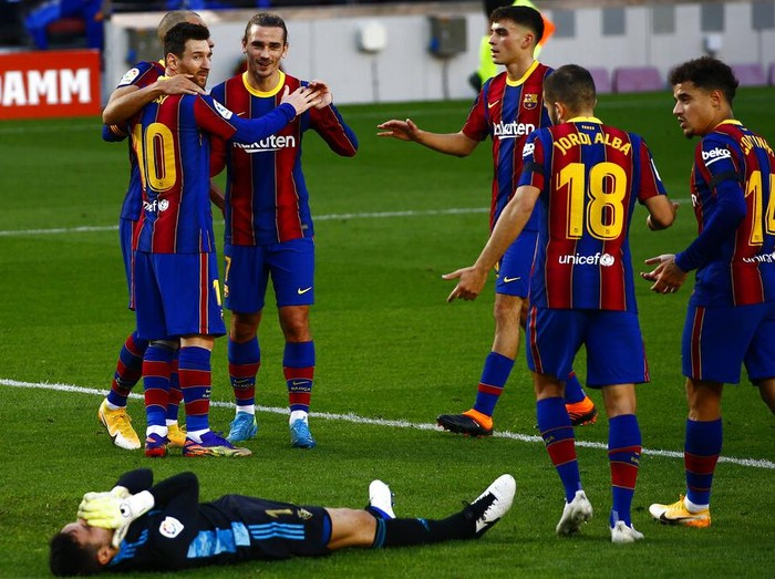 Barcelonas Martin Braithwaite, left, celebrates with his teammates after scoring his sides first goal during the Spanish La Liga soccer match between FC Barcelona and Osasuna at the Camp Nou stadium in Barcelona, Spain, Sunday, Nov. 29, 2020. (AP Photo/Joan Monfort)