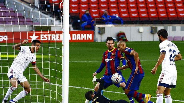 Barcelona's Martin Braithwaite, second right, scores his side's first goal during the Spanish La Liga soccer match between FC Barcelona and Osasuna at the Camp Nou stadium in Barcelona, Spain, Sunday, Nov. 29, 2020. (AP Photo/Joan Monfort)