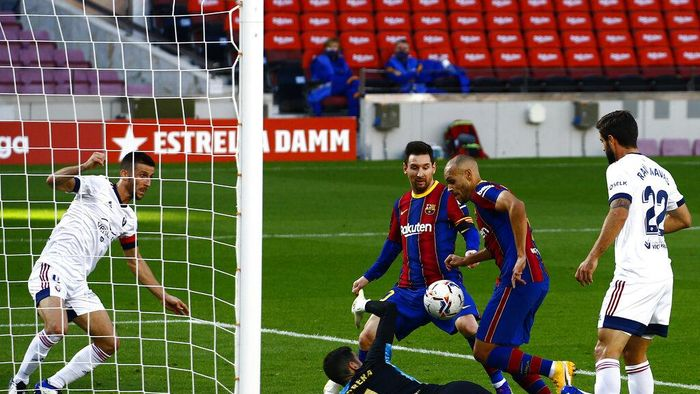 Barcelonas Martin Braithwaite, second right, scores his sides first goal during the Spanish La Liga soccer match between FC Barcelona and Osasuna at the Camp Nou stadium in Barcelona, Spain, Sunday, Nov. 29, 2020. (AP Photo/Joan Monfort)