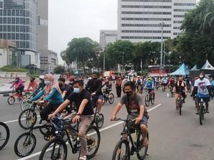DKI PSBB Transisi, Bundaran HI Masih Dipadati Warga Olahraga Pagi Ini