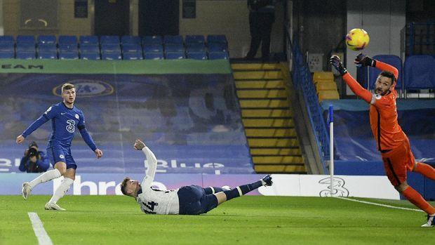 Timo Werner dari Chelsea, kiri, mencetak gol tanpa izin karena offside selama pertandingan sepak bola Liga Premier Inggris antara Chelsea dan Tottenham Hotspur di Stamford Bridge di London, Inggris pada hari Minggu 29 November 2020 (Justin Tallis / Pool via AP)