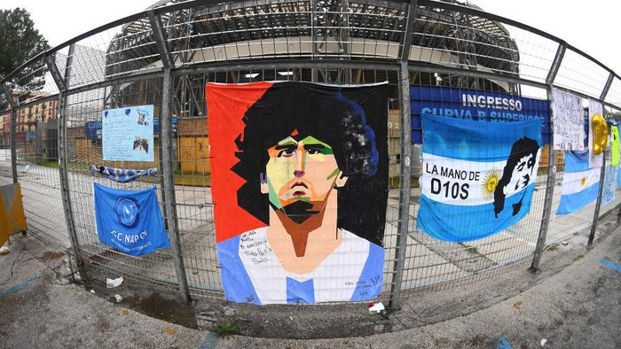 NAPLES, ITALY - NOVEMBER 29: Tributes are seen to the deceased Diego Maradona outside the stadium prior to the Serie A match between SSC Napoli and AS Roma at Stadio San Paolo on November 29, 2020 in Naples, Italy. Sporting stadiums around Italy remain under strict restrictions due to the Coronavirus Pandemic as Government social distancing laws prohibit fans inside venues resulting in games being played behind closed doors. (Photo by Francesco Pecoraro/Getty Images)