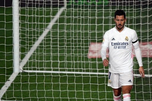 Real Madrid's Belgian forward Eden Hazard leaves the pitch during the Spanish League football match between Real Madrid and Deportivo Alaves at the Alfredo Di Stefano stadium in Madrid, on November 28, 2020. (Photo by PIERRE-PHILIPPE MARCOU / AFP)