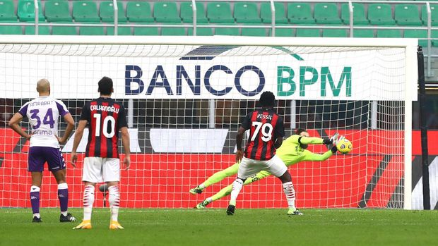 MILAN, ITALY - NOVEMBER 29: Bartlomiej Dragowski of ACF Fiorentina saves a penalty from Franck Kessie of A.C. Milan  during the Serie A match between AC Milan and ACF Fiorentina at Stadio Giuseppe Meazza on November 29, 2020 in Milan, Italy. Sporting stadiums around Italy remain under strict restrictions due to the Coronavirus Pandemic as Government social distancing laws prohibit fans inside venues resulting in games being played behind closed doors. (Photo by Marco Luzzani/Getty Images)