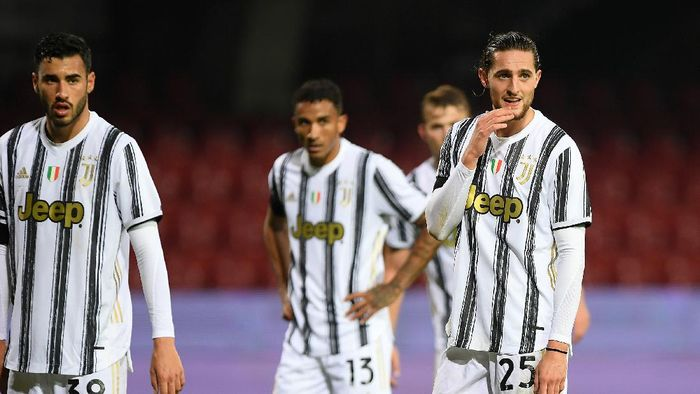 BENEVENTO, ITALY - NOVEMBER 28: Adrien Rabiot of Juventus stands disappointed during the Serie A match between Benevento Calcio and Juventus at Stadio Ciro Vigorito on November 28, 2020 in Benevento, Italy. (Photo by Francesco Pecoraro/Getty Images)