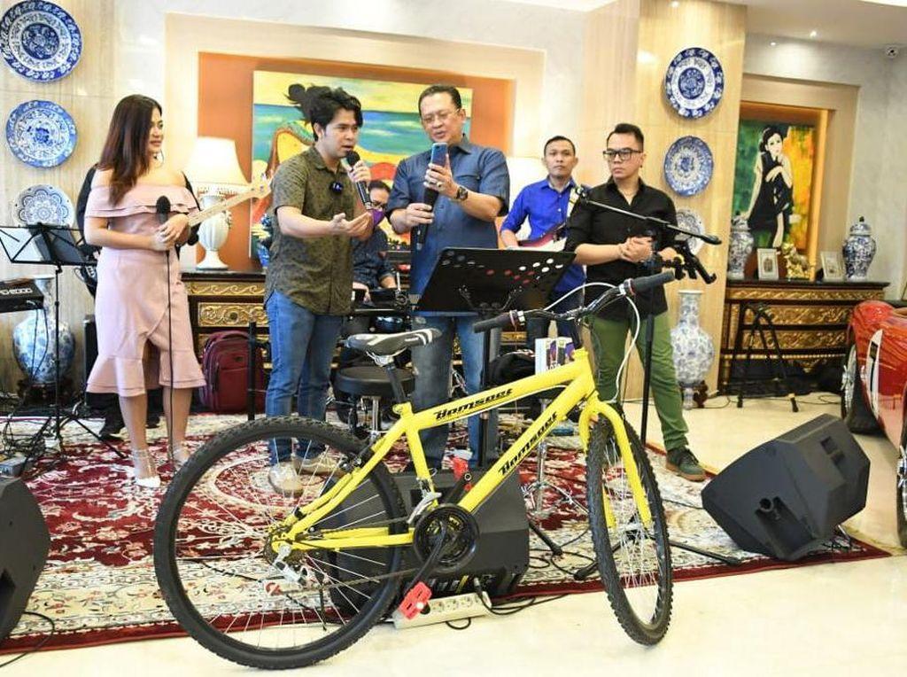 Bamsoet Undi Giveaway Sepeda-Smartphone Bareng Cakra Khan