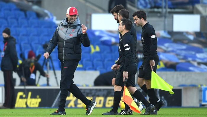 BRIGHTON, ENGLAND - NOVEMBER 28: Jurgen Klopp, Manager of Liverpool talks to referee Stuart Attwell after the Premier League match between Brighton & Hove Albion and Liverpool at American Express Community Stadium on November 28, 2020 in Brighton, England. Sporting stadiums around the UK remain under strict restrictions due to the Coronavirus Pandemic as Government social distancing laws prohibit fans inside venues resulting in games being played behind closed doors. (Photo by Mike Hewitt/Getty Images)
