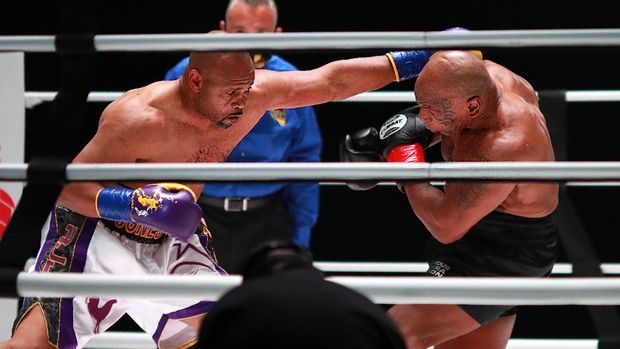 LOS ANGELES, CALIFORNIA - NOVEMBER 28: Roy Jones Jr. throws a punch in the second round against Mike Tyson during Mike Tyson vs Roy Jones Jr. presented by Triller at Staples Center on November 28, 2020 in Los Angeles, California.   Joe Scarnici/Getty Images for Triller/AFP