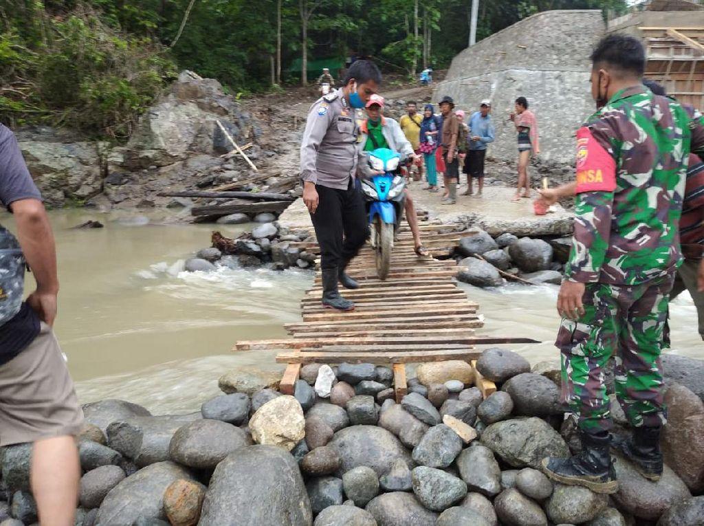 Bhabinkamtibmas Orong Telu Gotong Royong Bangun Jembatan Darurat