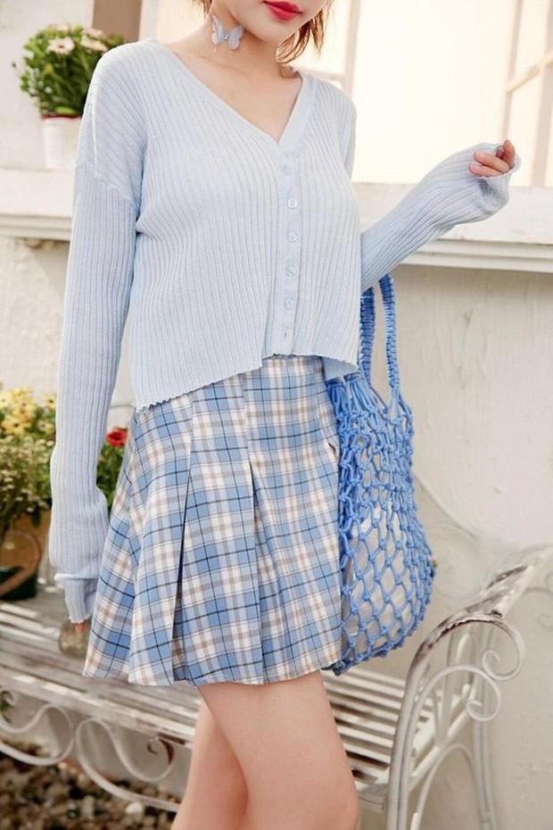 Kunci dari outfit preppy adalah sweater argyle, kemeja polo, dan celana panjang.