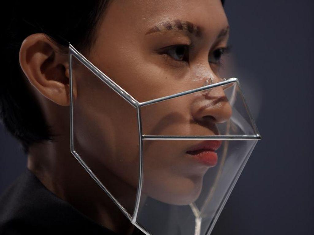 Masker dan Face Shield Futuristis Rinaldy Yunardi Warnai JFW 2021