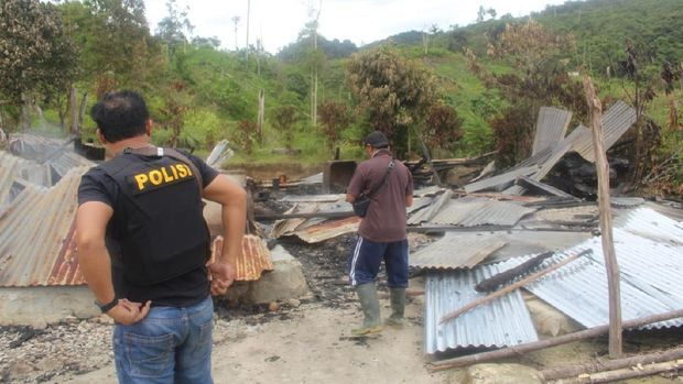 Polisi memeriksa bangunan yang dibakar dalam serangan yang diduga dilakukan oleh kelompok teroris Mujahidin Indonesia Timur (MIT) pimpinan Ali Kalora di Dusun Lewonu, Desa Lemban Tongoa, Kecamatan Palolo, Kabupaten Sigi, Sulawesi Tengah, Sabtu (28/11/2020). Serangan yang diduga dilakukan kelompok teroris MIT pimpinan Ali Kalora yang terjadi pada Jumat (27/11/2020) tersebut menewaskan empat orang warga, beberapa rumah warga dibakar dan mengakibatkan warga mengungsi ke tempat yang aman. Hingga kini aparat TNI dan Polri yang tergabung dalam Satgas Tinombala bersama Kepolisian setempat masih berupaya mengejar para pelaku. ANTARA FOTO/Humas Polres Sigi/Handout/wsj.