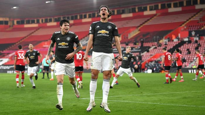 SOUTHAMPTON, ENGLAND - NOVEMBER 29: Edinson Cavani (R) of Manchester United celebrates with team mate Victor Lindelof after scoring their sides second goal during the Premier League match between Southampton and Manchester United at St Marys Stadium on November 29, 2020 in Southampton, England. Sporting stadiums around the UK remain under strict restrictions due to the Coronavirus Pandemic as Government social distancing laws prohibit fans inside venues resulting in games being played behind closed doors. (Photo by Mike Hewitt/Getty Images)