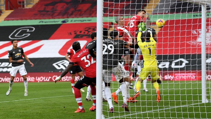 SOUTHAMPTON, ENGLAND - NOVEMBER 29: Jan Bednarek of Southampton scores their teams first goal during the Premier League match between Southampton and Manchester United at St Marys Stadium on November 29, 2020 in Southampton, England. Sporting stadiums around the UK remain under strict restrictions due to the Coronavirus Pandemic as Government social distancing laws prohibit fans inside venues resulting in games being played behind closed doors. (Photo by Mike Hewitt/Getty Images)