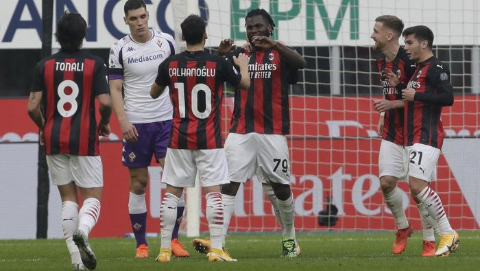 AC Milans Franck Kessie, center, celebrates after scoring his sides second goal during a Serie A soccer match between AC Milan and Fiornentina, at the San Siro stadium in Milan, Italy, Sunday, Nov. 29, 2020. (AP Photo/Luca Bruno)