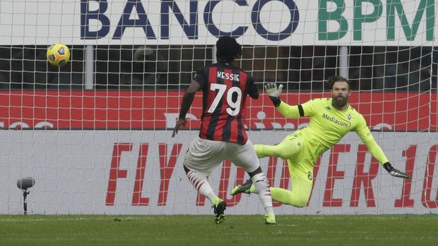 AC Milan's Franck Kessie scores his side's second goal from a penalty shot during a Serie A soccer match between AC Milan and Fiornentina, at the San Siro stadium in Milan, Italy, Sunday, Nov. 29, 2020. (AP Photo/Luca Bruno)