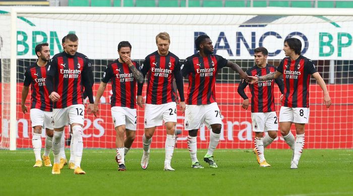 MILAN, ITALY - NOVEMBER 29: Franck Kessie of A.C. Milan celebrates with teammates after scoring their teams second goal from the penalty spot during the Serie A match between AC Milan and ACF Fiorentina at Stadio Giuseppe Meazza on November 29, 2020 in Milan, Italy. Sporting stadiums around Italy remain under strict restrictions due to the Coronavirus Pandemic as Government social distancing laws prohibit fans inside venues resulting in games being played behind closed doors. (Photo by Marco Luzzani/Getty Images)