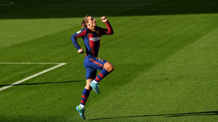 BARCELONA, SPAIN - NOVEMBER 29: Antoine Griezmann of Barcelona celebrates after scoring their sides second goal during the La Liga Santander match between FC Barcelona and C.A. Osasuna at Camp Nou on November 29, 2020 in Barcelona, Spain. Sporting stadiums around Spain remain under strict restrictions due to the Coronavirus Pandemic as Government social distancing laws prohibit fans inside venues resulting in games being played behind closed doors. (Photo by David Ramos/Getty Images)
