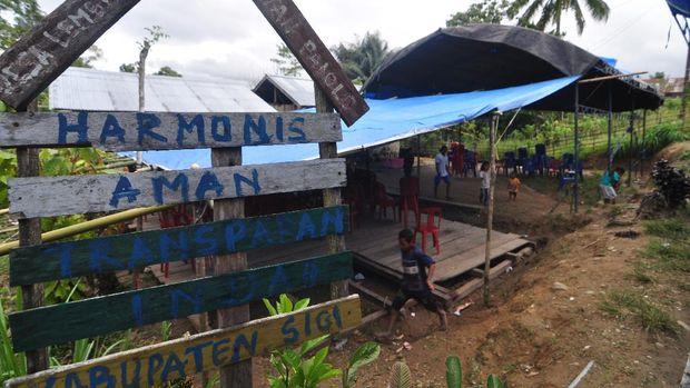 Sejumlah warga berada di rumah duka korban penyerangan kelompok terduga teroris di Desa Lemban Tongoa, Kecamatan Palolo, Kabupaten Sigi, Sulawesi Tengah, Minggu (29/11/2020). Aparat keamanan terus memburu para pelaku penyerangan yang diduga dilakukan kelompok teroris MIT pimpinan Ali Kalora yang terjadi pada Jumat (27/11/2020) lalu yang menewaskan empat orang warga desa setempat. ANTARA FOTO/Faldi/Mohamad Hamzah/aww.