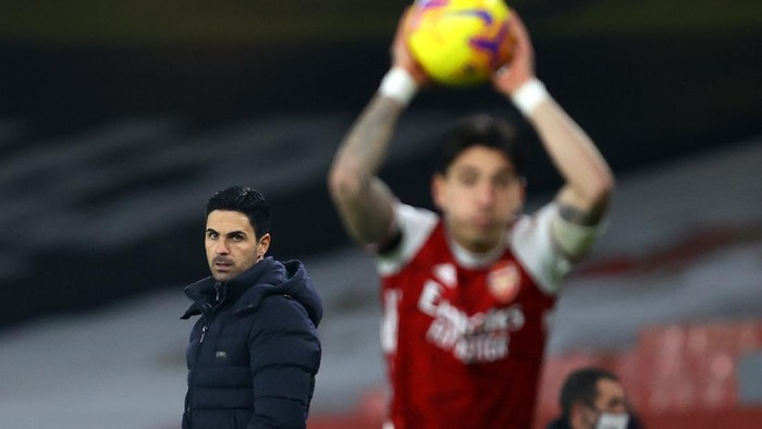 LONDON, ENGLAND - NOVEMBER 29: Mikel Arteta, Manager of Arsenal looks on as Hector Bellerin of Arsenal takes a throw in during the Premier League match between Arsenal and Wolverhampton Wanderers at Emirates Stadium on November 29, 2020 in London, England. Sporting stadiums around the UK remain under strict restrictions due to the Coronavirus Pandemic as Government social distancing laws prohibit fans inside venues resulting in games being played behind closed doors. (Photo by Julian Finney/Getty Images)
