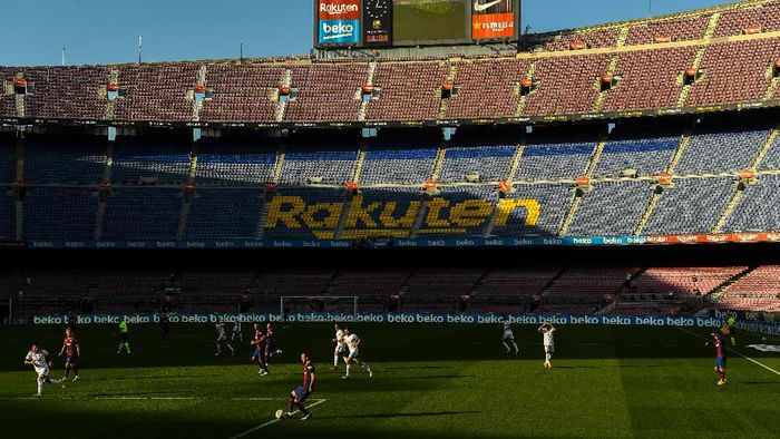 BARCELONA, SPAIN - NOVEMBER 29: General view of the action during the La Liga Santader match between FC Barcelona and C.A. Osasuna at Camp Nou on November 29, 2020 in Barcelona, Spain. (Photo by David Ramos/Getty Images)