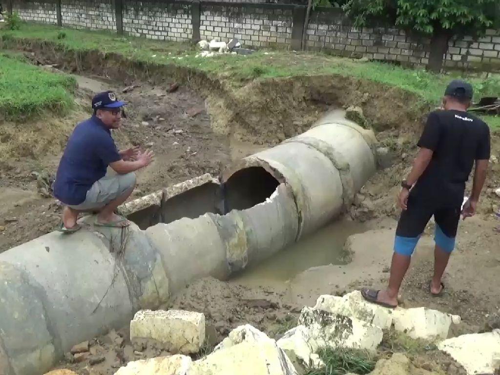 Banjir di Rembang Surut, Warga Bersihkan Lumpur dan Sampah