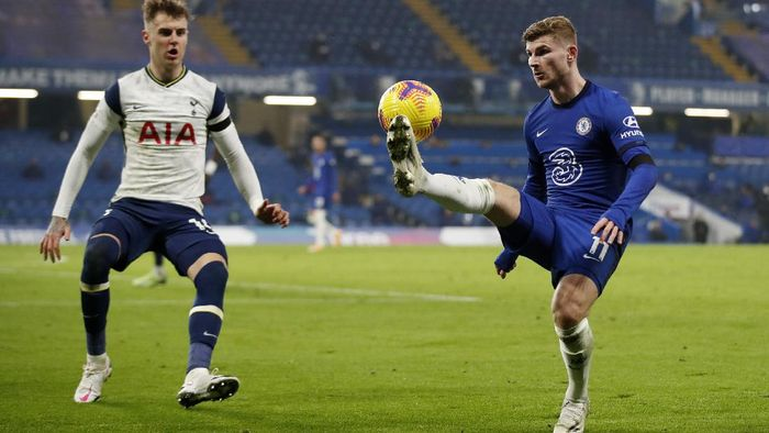 LONDON, ENGLAND - NOVEMBER 29: Timo Werner of Chelsea is watched by Joe Rodon of Tottenham Hotspur  during the Premier League match between Chelsea and Tottenham Hotspur at Stamford Bridge on November 29, 2020 in London, England. Sporting stadiums around the UK remain under strict restrictions due to the Coronavirus Pandemic as Government social distancing laws prohibit fans inside venues resulting in games being played behind closed doors. (Photo by Matthew Childs - Pool/Getty Images)