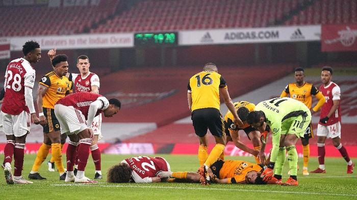 LONDON, ENGLAND - NOVEMBER 29: David Luiz of Arsenal and Raul Jimenez of Wolverhampton Wanderers lie injured after a collision during the Premier League match between Arsenal and Wolverhampton Wanderers at Emirates Stadium on November 29, 2020 in London, England. Sporting stadiums around the UK remain under strict restrictions due to the Coronavirus Pandemic as Government social distancing laws prohibit fans inside venues resulting in games being played behind closed doors. (Photo by John Walton - Pool/Getty Images)