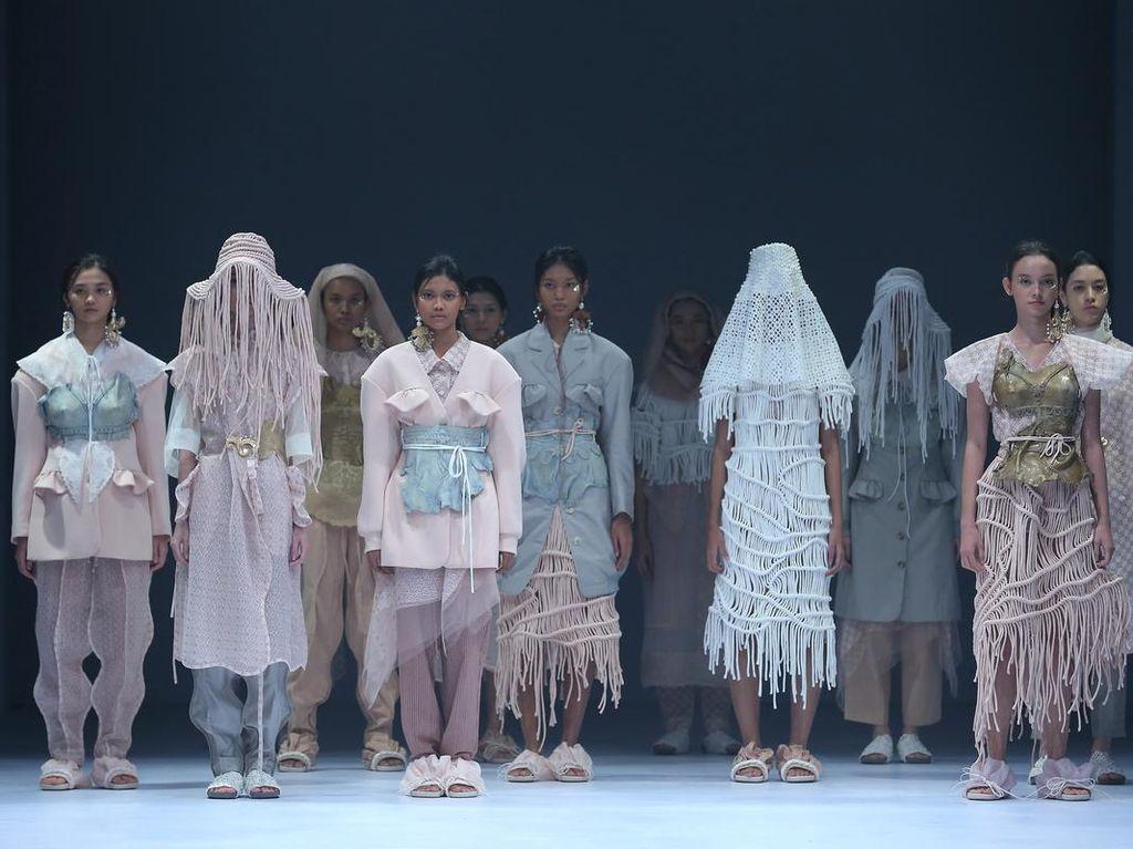 Buah Manis Pandemi dalam Koleksi 3 Kesatria Mode Indonesia di JFW 2021