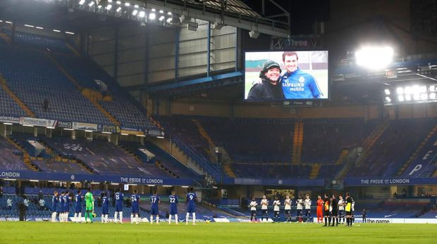 LONDON, ENGLAND - NOVEMBER 29: Players observe a minutes applause for former footballer, Diego Maradona, who recently passed away prior to the Premier League match between Chelsea and Tottenham Hotspur at Stamford Bridge on November 29, 2020 in London, England. Sporting stadiums around the UK remain under strict restrictions due to the Coronavirus Pandemic as Government social distancing laws prohibit fans inside venues resulting in games being played behind closed doors. (Photo by Matthew Childs -