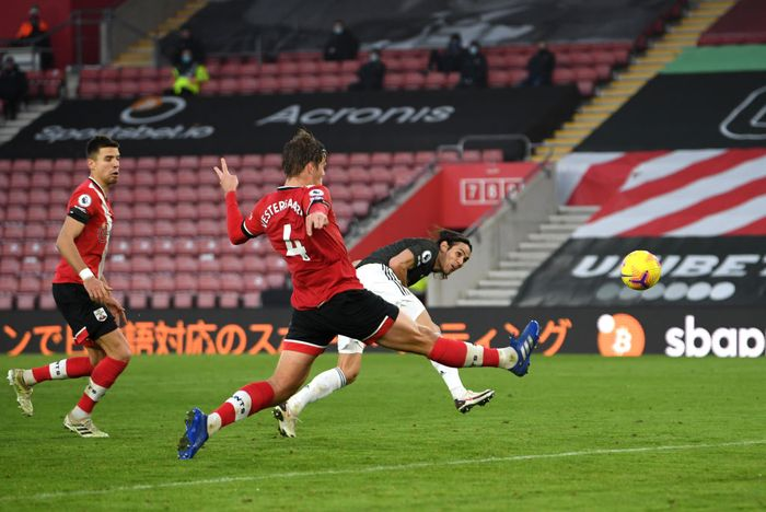 SOUTHAMPTON, ENGLAND - NOVEMBER 29: Edinson Cavani of Manchester United scores their teams third goal during the Premier League match between Southampton and Manchester United at St Marys Stadium on November 29, 2020 in Southampton, England. Sporting stadiums around the UK remain under strict restrictions due to the Coronavirus Pandemic as Government social distancing laws prohibit fans inside venues resulting in games being played behind closed doors. (Photo by Mike Hewitt/Getty Images)