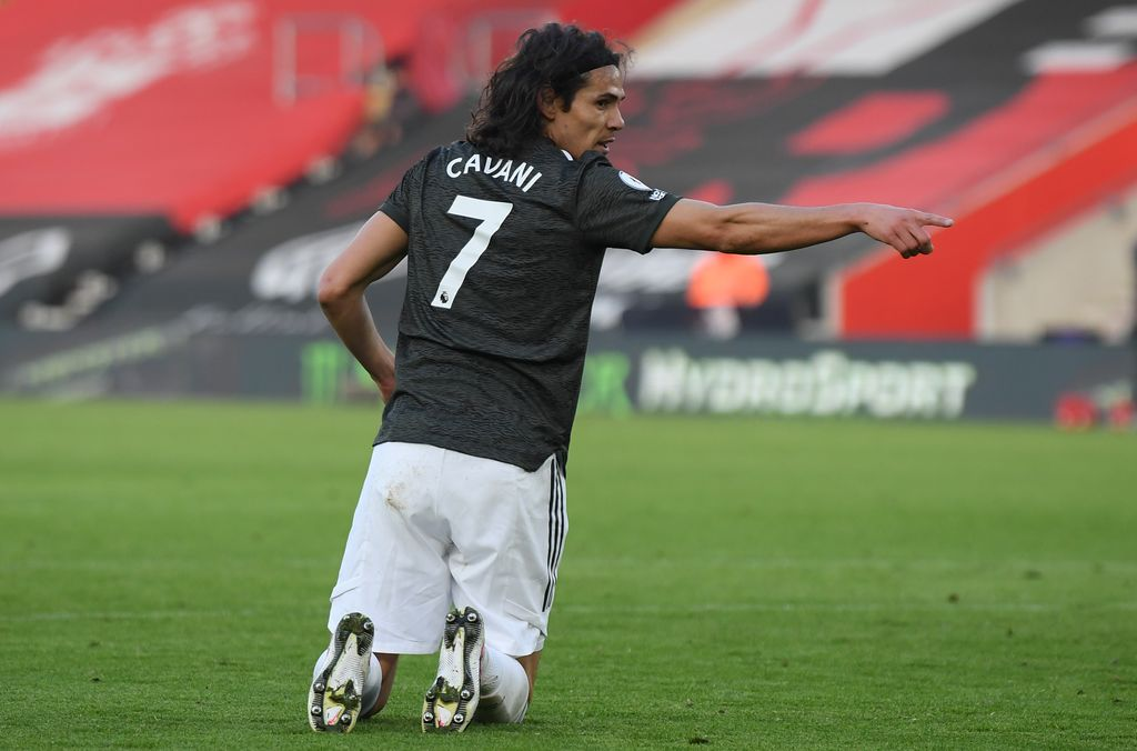 SOUTHAMPTON, ENGLAND - NOVEMBER 29: Edinson Cavani of Manchester United makes his point during the Premier League match between Southampton and Manchester United at St Mary's Stadium on November 29, 2020 in Southampton, England. Sporting stadiums around the UK remain under strict restrictions due to the Coronavirus Pandemic as Government social distancing laws prohibit fans inside venues resulting in games being played behind closed doors. (Photo by Mike Hewitt/Getty Images)