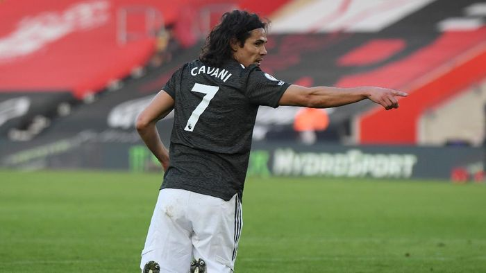 SOUTHAMPTON, ENGLAND - NOVEMBER 29: Edinson Cavani of Manchester United makes his point during the Premier League match between Southampton and Manchester United at St Marys Stadium on November 29, 2020 in Southampton, England. Sporting stadiums around the UK remain under strict restrictions due to the Coronavirus Pandemic as Government social distancing laws prohibit fans inside venues resulting in games being played behind closed doors. (Photo by Mike Hewitt/Getty Images)