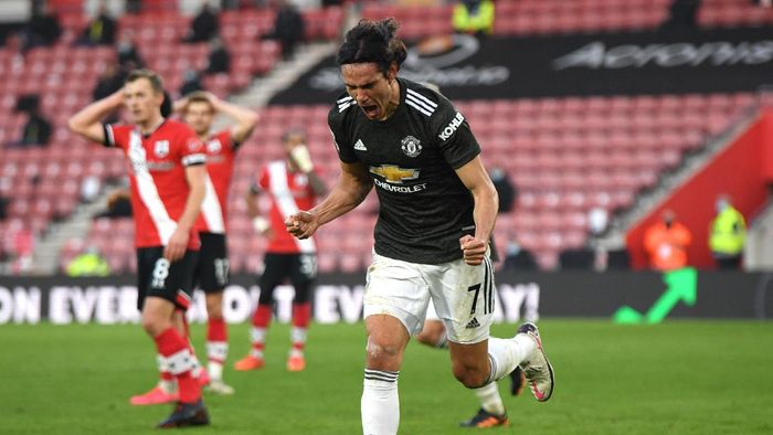 SOUTHAMPTON, ENGLAND - NOVEMBER 29: Edinson Cavani of Manchester United celebrates after scoring their sides second goal during the Premier League match between Southampton and Manchester United at St Marys Stadium on November 29, 2020 in Southampton, England. Sporting stadiums around the UK remain under strict restrictions due to the Coronavirus Pandemic as Government social distancing laws prohibit fans inside venues resulting in games being played behind closed doors. (Photo by Mike Hewitt/Getty Images)