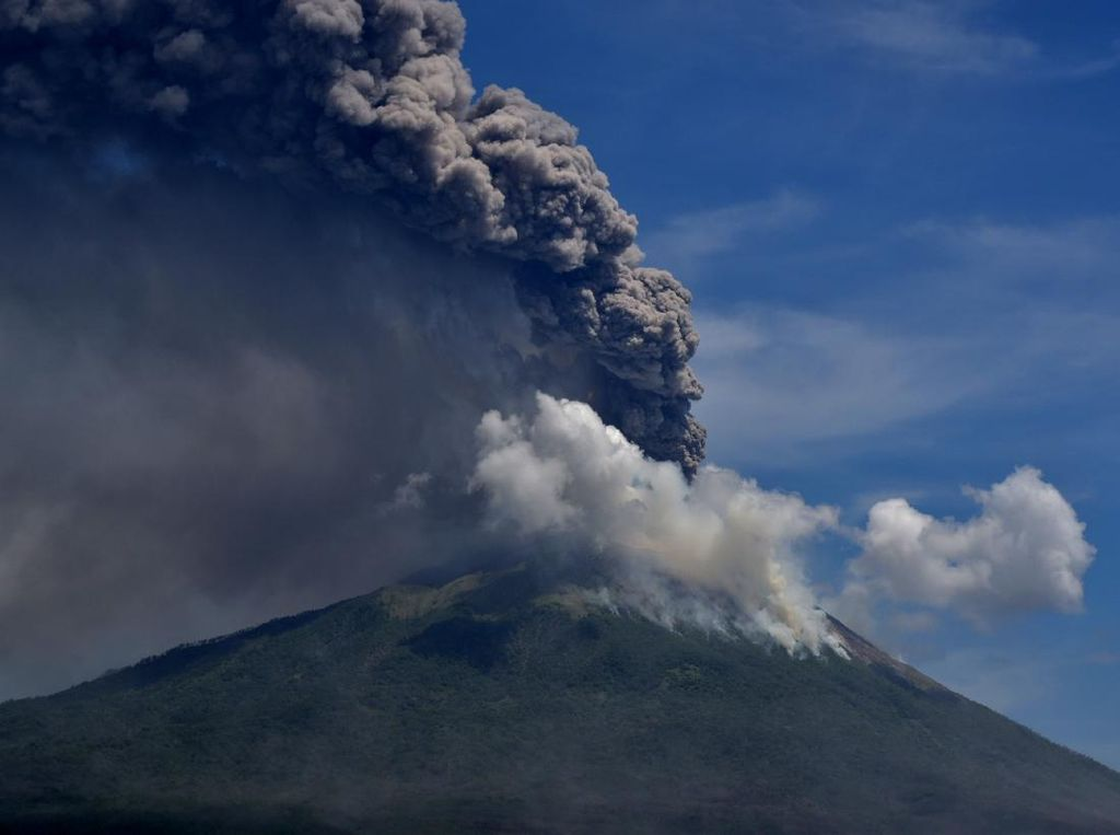 Gunung Api Erupsi Bersamaan, Apa Penyebabnya?