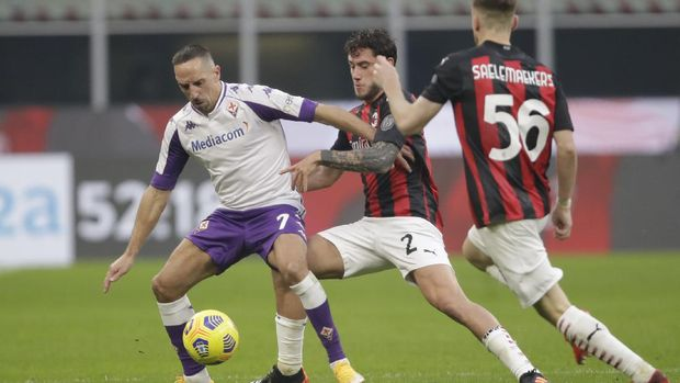 Fiorentina's Franck Ribery, left, is challenged by AC Milan's Davide Calabria during a Serie A soccer match between AC Milan and Fiornentina, at the San Siro stadium in Milan, Italy, Sunday, Nov. 29, 2020. (AP Photo/Luca Bruno)