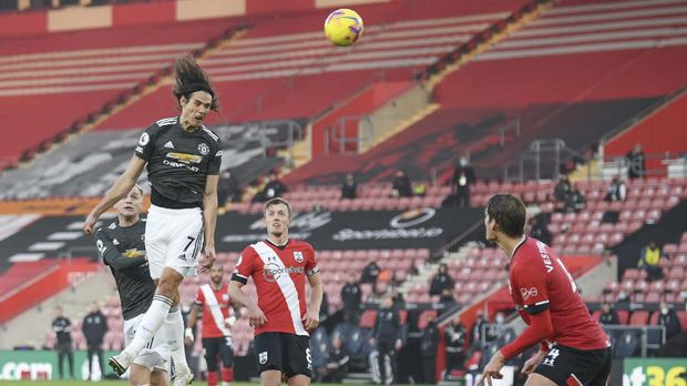 Manchester United's Edinson Cavani hens the ball during an English Premier League soccer match between Southampton and Manchester United at the St. Mary's stadium in Southampton, England, Sunday, Nov. 29, 2020. (Mike Hewitt, Pool via AP)