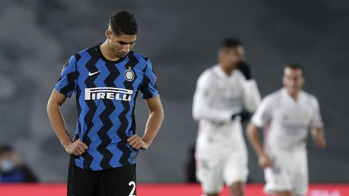MADRID, SPAIN - NOVEMBER 03: Achraf Hakimi of Inter reacts after Real Madrid score their second goal during the UEFA Champions League Group B stage match between Real Madrid and FC Internazionale at Estadio Alfredo Di Stefano on November 03, 2020 in Madrid, Spain. Football Stadiums around Europe remain empty due to the Coronavirus Pandemic as Government social distancing laws prohibit fans inside venues resulting in fixtures being played behind closed doors. (Photo by Gonzalo Arroyo Moreno/Getty Images)