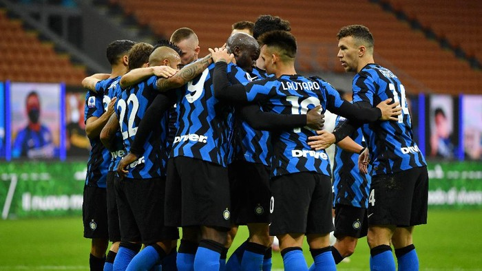 MILAN, ITALY - NOVEMBER 22: Romelu Lukaku of Inter Milan celebrates with teammates after scoring their sides third goal from the penalty spot during the Serie A match between FC Internazionale and Torino FC at Stadio Giuseppe Meazza on November 22, 2020 in Milan, Italy. Sporting stadiums around Italy remain under strict restrictions due to the Coronavirus Pandemic as Government social distancing laws prohibit fans inside venues resulting in games being played behind closed doors. (Photo by Valerio Pennicino/Getty Images)