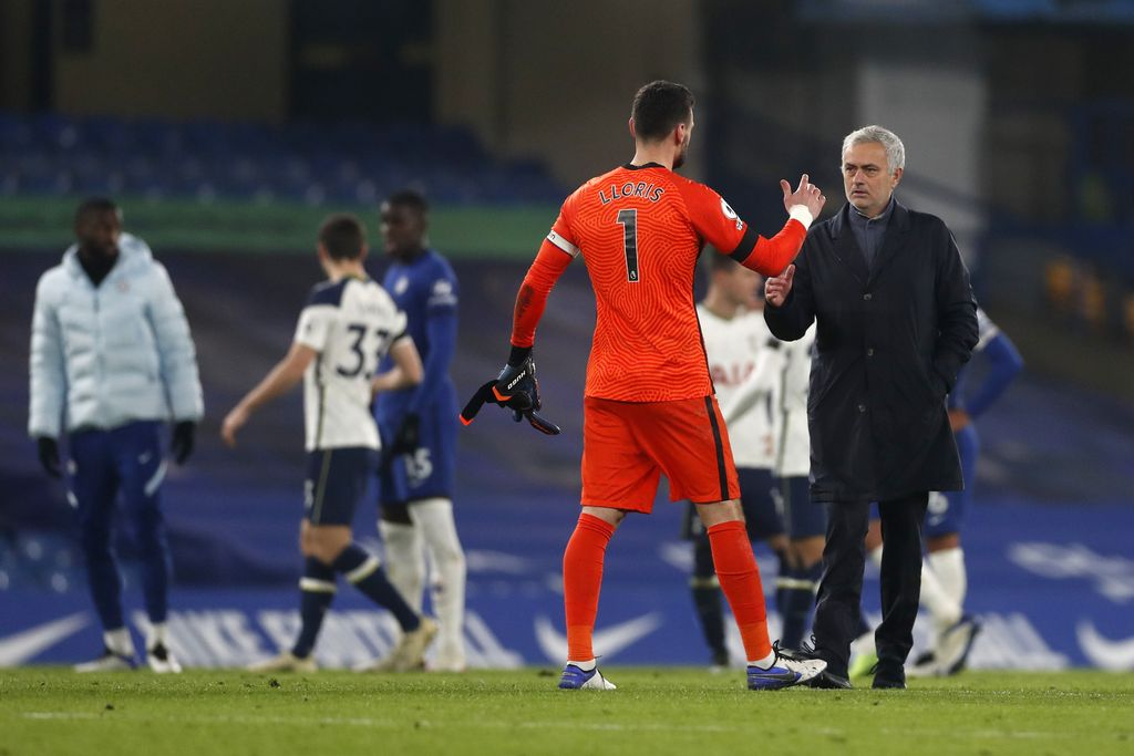 LONDON, ENGLAND - NOVEMBER 29: Jose Mourinho, Manager of Tottenham Hotspur congratulates Hugo Lloris after the Premier League match between Chelsea and Tottenham Hotspur at Stamford Bridge on November 29, 2020 in London, England. Sporting stadiums around the UK remain under strict restrictions due to the Coronavirus Pandemic as Government social distancing laws prohibit fans inside venues resulting in games being played behind closed doors. (Photo by Matthew Childs - Pool/Getty Images)
