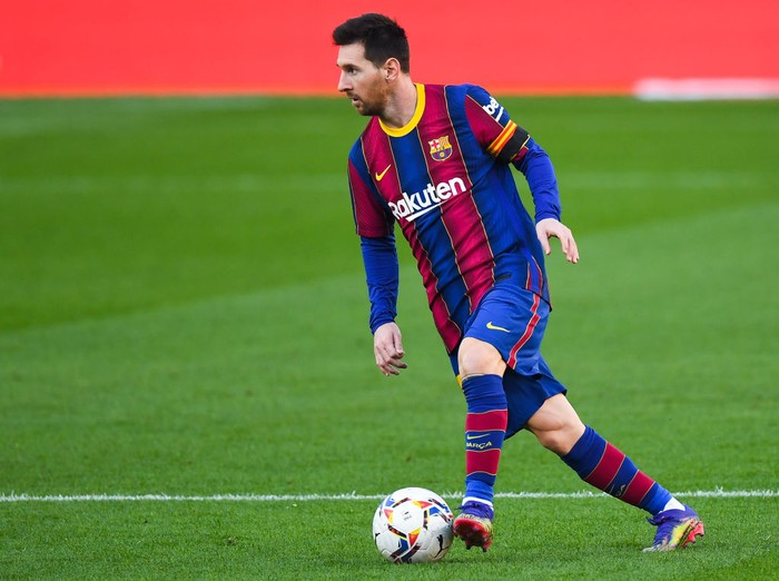 BARCELONA, SPAIN - NOVEMBER 29: Lionel Messi of FC Barcelona runs with the ball during the La Liga Santader match between FC Barcelona and C.A. Osasuna at Camp Nou on November 29, 2020 in Barcelona, Spain. (Photo by David Ramos/Getty Images)