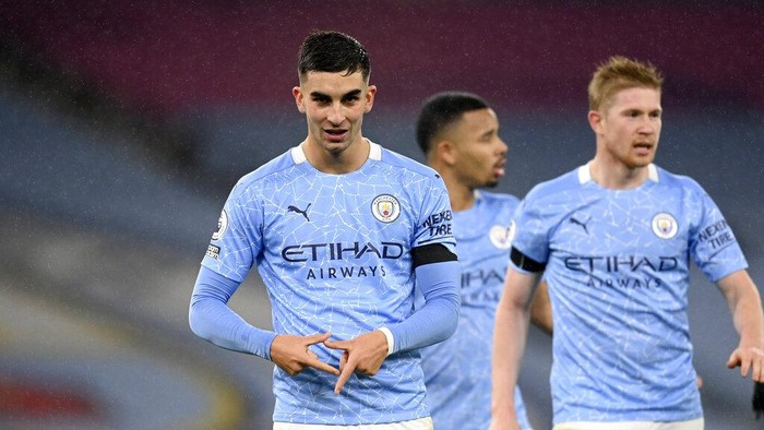 Manchester Citys Ferran Torres, left, celebrates after scoring his sides fourth goal during the English Premier League soccer match between Manchester City and Burnley at the Etihad stadium in Manchester, England, Saturday, Nov. 28, 2020. (Michael Regan/Pool via AP)