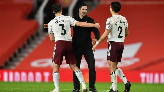 MANCHESTER, ENGLAND - NOVEMBER 01: Mikel Arteta, Manager of Arsenal, Kieran Tierney and Hector Bellerin of Arsenal celebrate following their teams victory in the Premier League match between Manchester United and Arsenal at Old Trafford on November 01, 2020 in Manchester, England. Sporting stadiums around the UK remain under strict restrictions due to the Coronavirus Pandemic as Government social distancing laws prohibit fans inside venues resulting in games being played behind closed doors. (Photo by Paul Ellis - Pool/Getty Images)