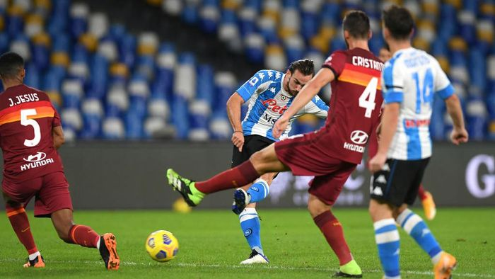 NAPLES, ITALY - NOVEMBER 29: Fabian of SSC Napoli scores their sides second goal whilst under pressure from Juan Jesus and Bryan Cristante of Roma during the Serie A match between SSC Napoli and AS Roma at Stadio San Paolo on November 29, 2020 in Naples, Italy. Sporting stadiums around Italy remain under strict restrictions due to the Coronavirus Pandemic as Government social distancing laws prohibit fans inside venues resulting in games being played behind closed doors. (Photo by Francesco Pecoraro/Getty Images)