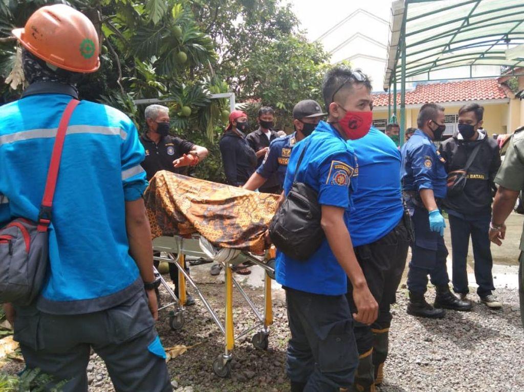 Pangkas Ranting Pohon, Tukang Kebun di Cianjur Tewas Tersengat Listrik
